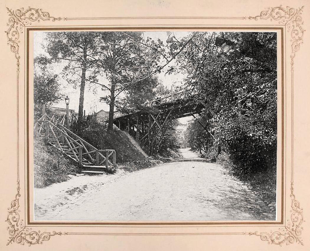 9. Деревянная лестница в саду