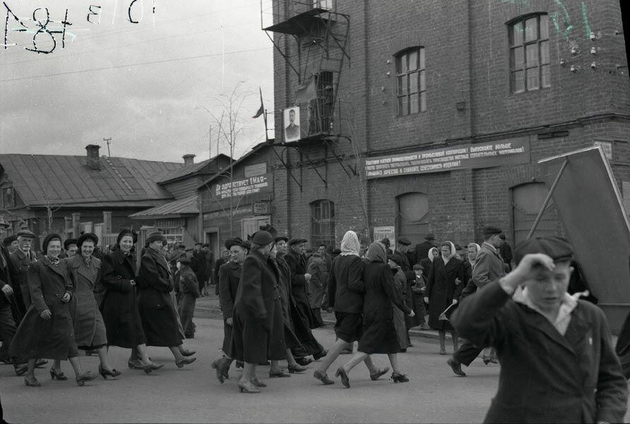 Преподаватели авиатехникума на демонстрации 1947 г.