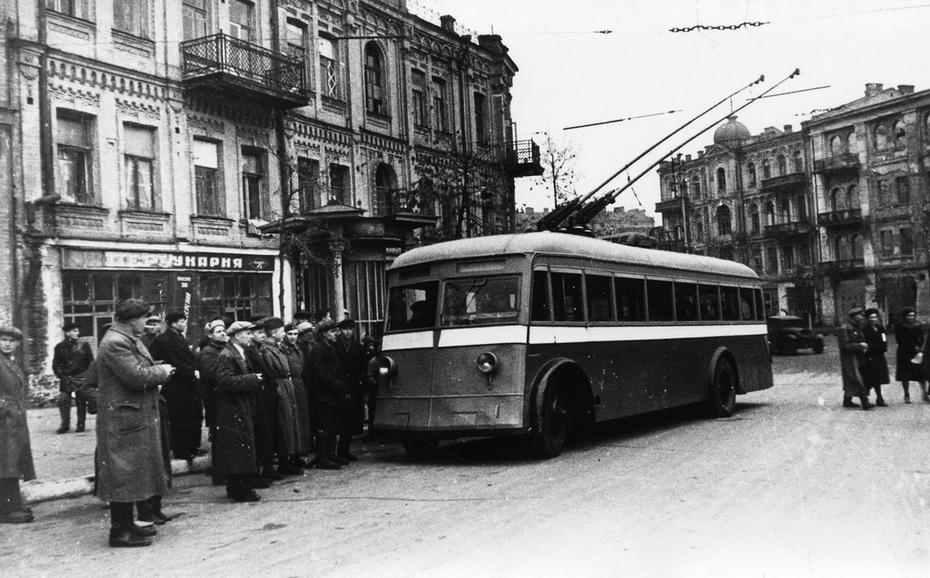 1944.11.05. Фото: Давидзон Я.Б. 5 ноября 1944 в городе возобновилось движение троллейбусов. Первый троллейбус на площади Льва Толстого