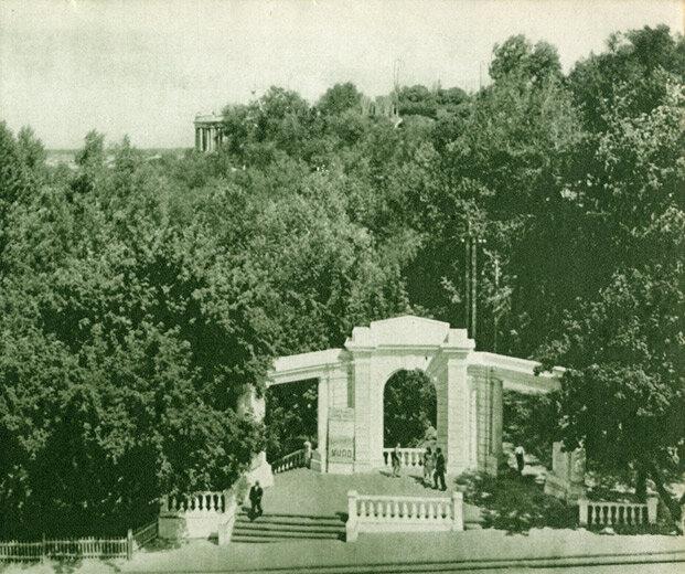 З вулиці Кірова починаються сходи, що ведуть до гранітної набережної Дніпра.