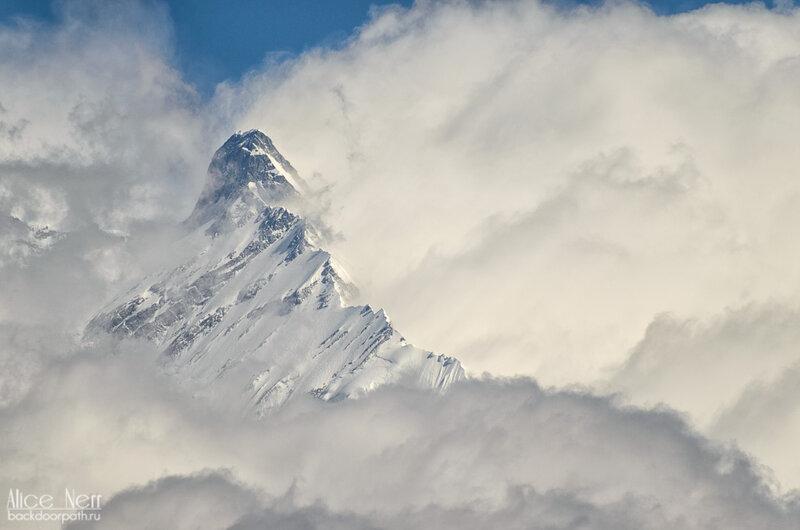 снежник в облаках, гималаи, горный пик, непал