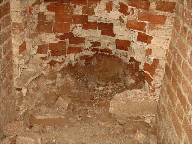 Пол храма весь изрыт в поисках кладов (15.04.2013)