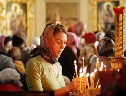 Как правильно зажигать свечи в храме