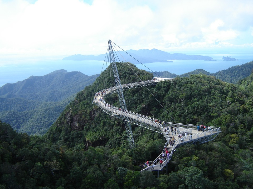 Любители пощекотать себе нервы должны отправиться на прогулку именно туда — на мост Лангваки (Sky Br