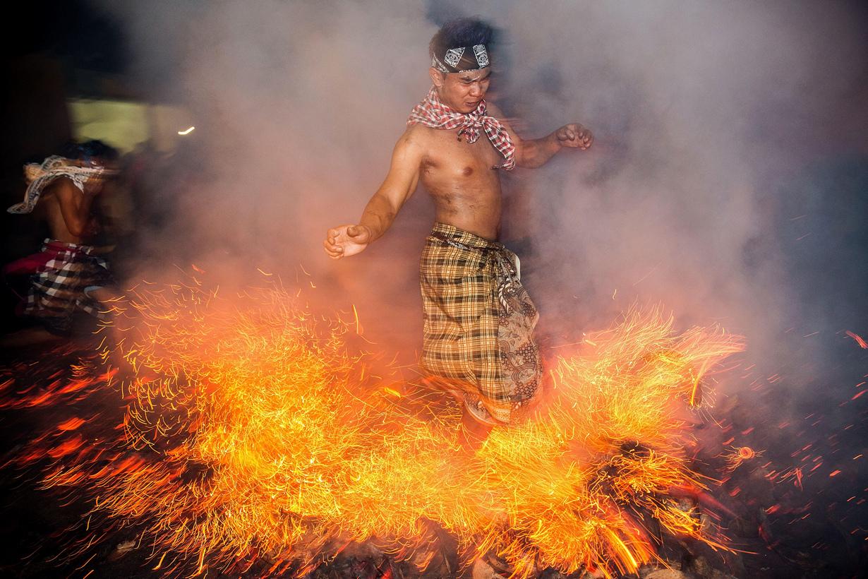 Очищение огнём на острове Бали