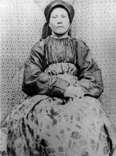 Женщина в праздничном костюме. Архангельская губ.1904 г.