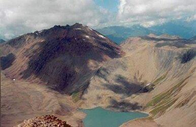 Вид с вулкана Левинсона-Лессинга на вулкан Кели и Кельское плато