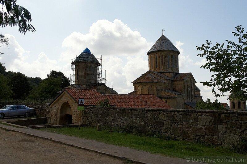 У монастырских врат Гелати
