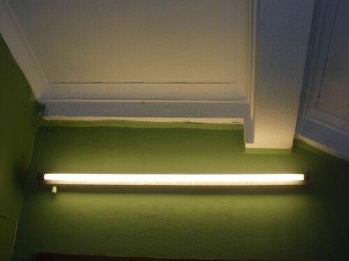 Фото 22. На фоне позднесталинских штукатурных галтелей-падуг потолка и лестничного марша люминесцентный светильник кажется лишним.