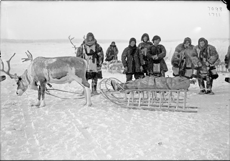 Похоронная процессия тундровых юкагир, 1902