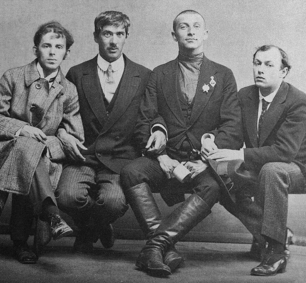 Мандельштам, Чуковский, Бенедикт Лившиц и Юрий Анненков, случайное фото во время мобилизации на фронт (Лившиц был среди мобилизованных, бритый и в сапогах, остальные остались в Питере) 1914