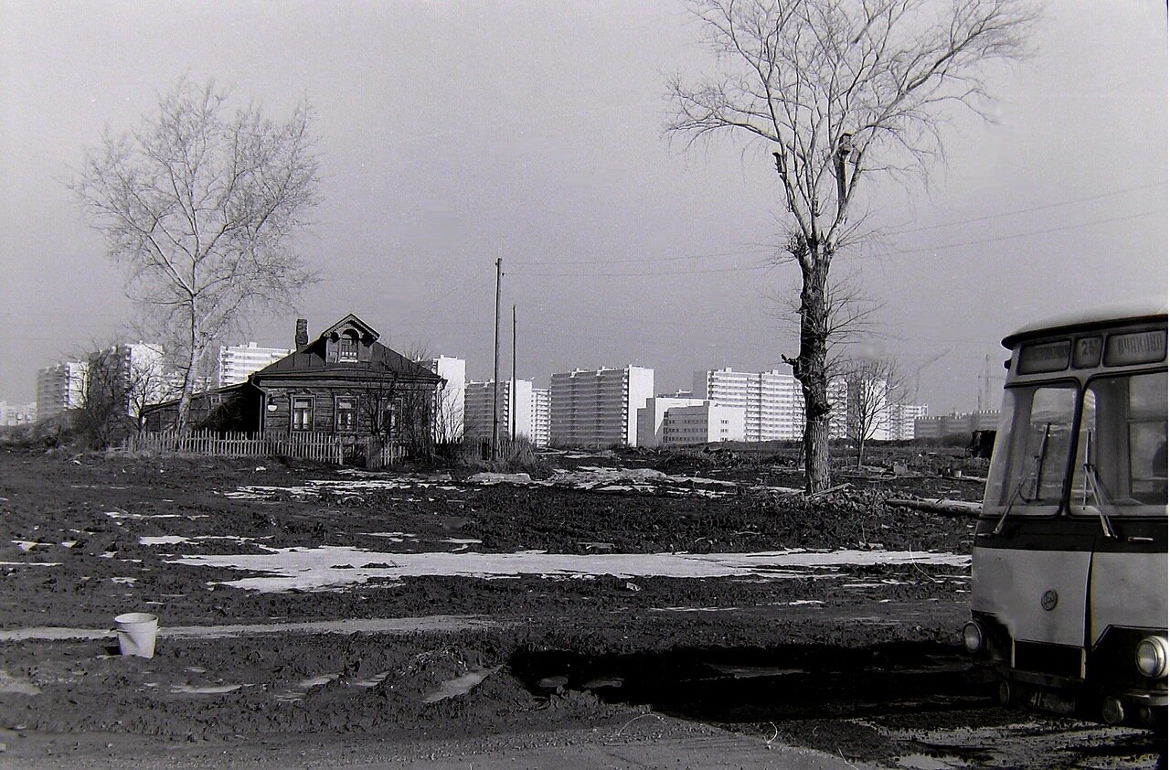 Москва,Юго-запад, д.Никулино,на заднем плане олимпийская деревня. 1980 г.