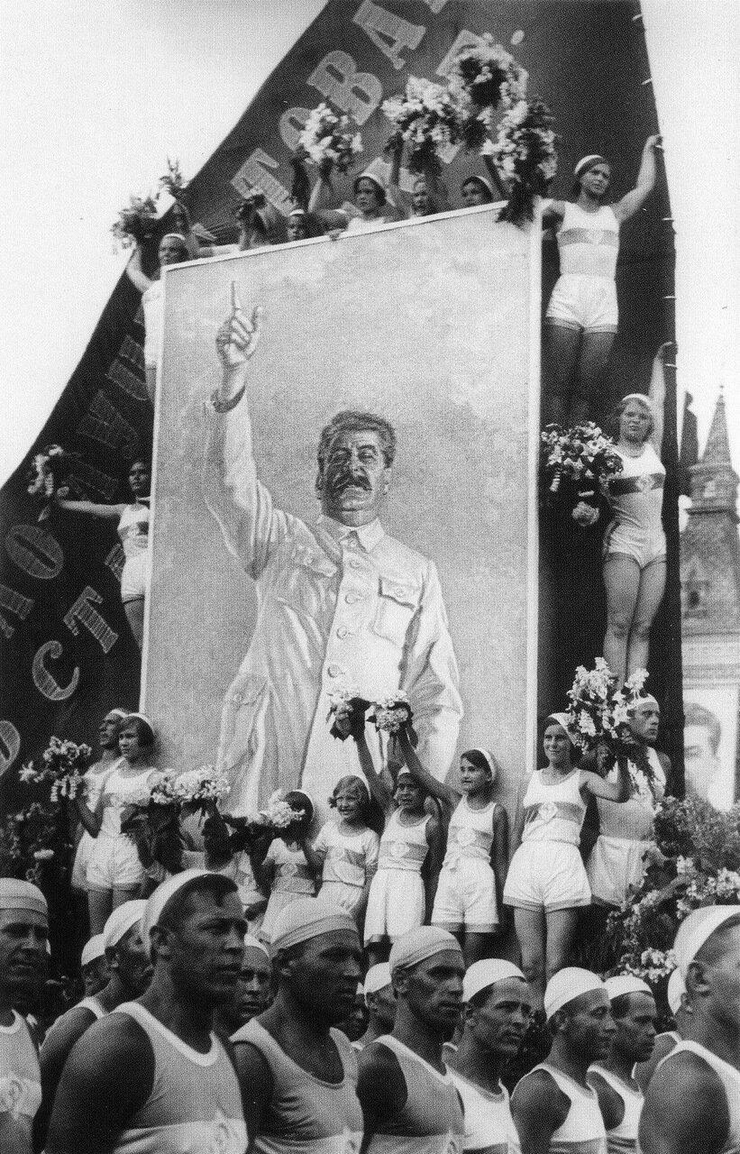 1935. Москва. Лучший друг физкультурников.
