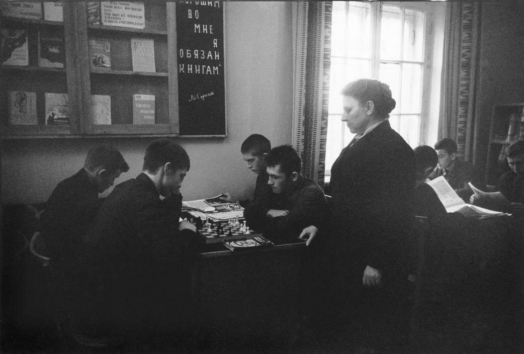 Игра в шахматы в библиотеке колонии для несовершеннолетних преступников в Подмосковье