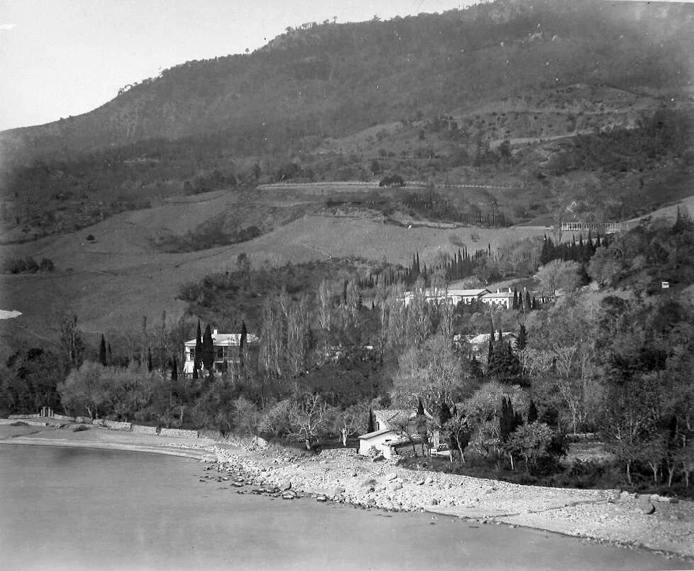 17. Гурзуф. Вид на усадебный дом и территорию имения с парком со стороны моря