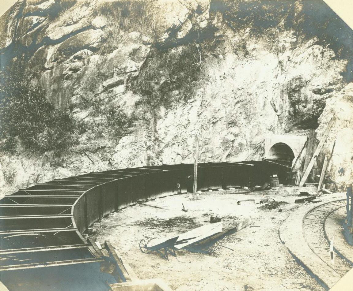 Желоб позволяет воде вытекать из шахты, ок. 1893 год