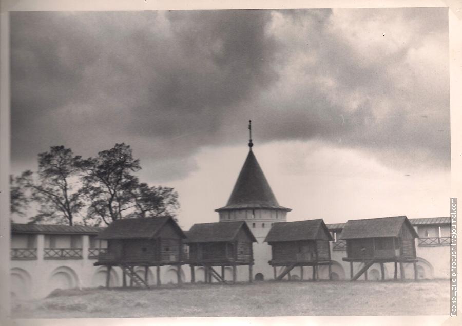 Ипатьевский монастырь. Бани. Отсюда и появилось название «Избушка на курьих ножках». Фотография 1965 года