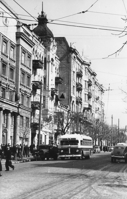 1956.04. Троллейбус на улице Ленина (сейчас улица Богдана Хмельницкого). Фото: Примаченко А.