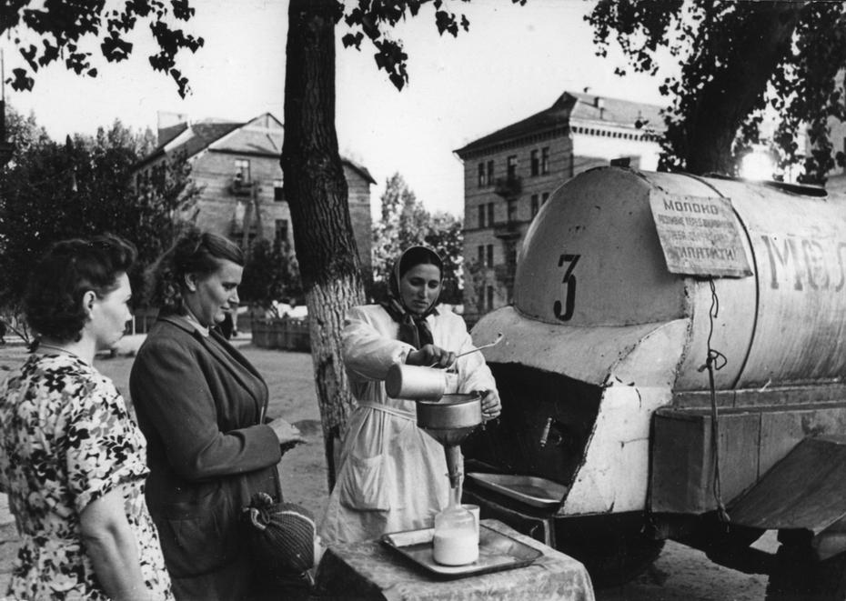 1956.09.29. Продажа молока из цистерны на одной из улиц Киева