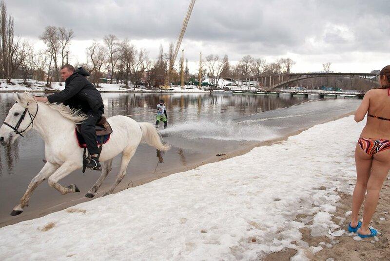Купание белого коня