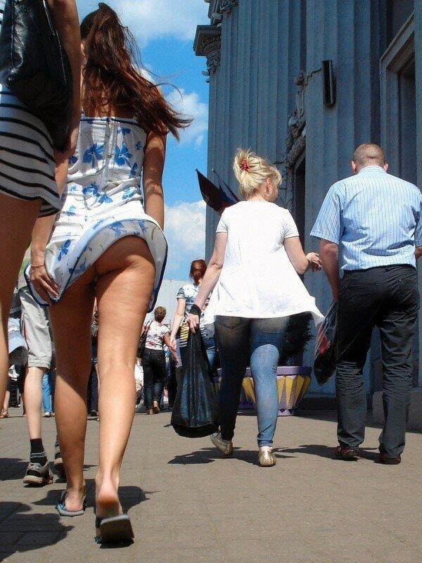 Ветер шалунишка задирает юбки