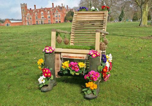 Старый стул в весеннем обновлении
