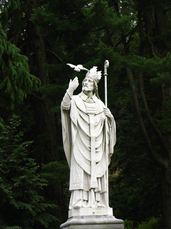 Очень изящно сделанная статуя святого c голубем