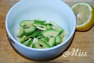 Авокадо кусочками с лимонным соком