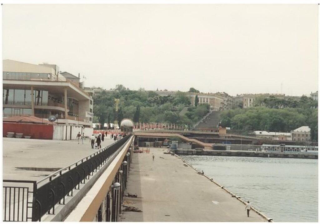 0_7749c_bcd66aed_XXL Архивные снимки: Японский турист запечатлел Одессу 1996-го года