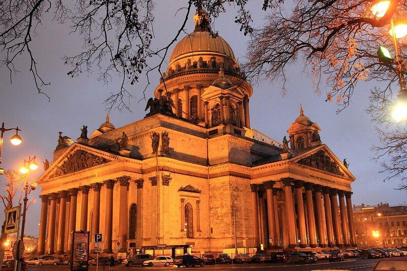 Исакиевский собор в Санкт-Петербурге. Вечерний вид по диагонали с севера
