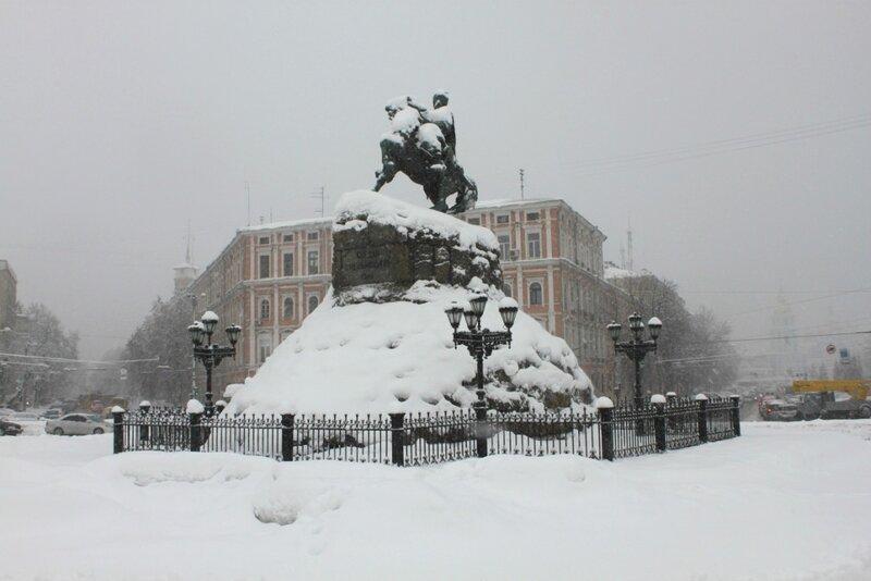 Памятник Богдану Хмельницкому под снегом
