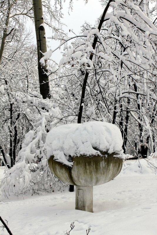 Парковая скульптура под снегом