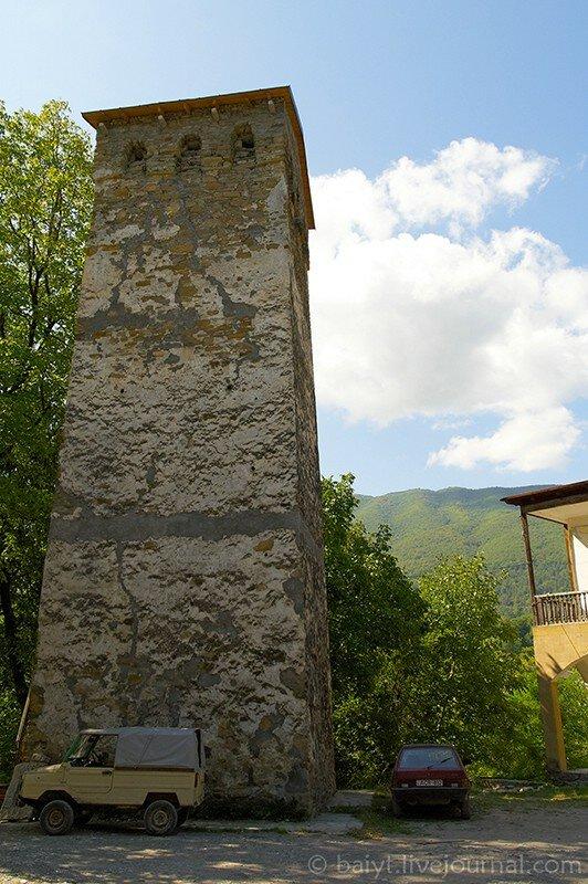 Единственная в Раче старинная жилая башня (рядом с новой церковью в Амбролаури)