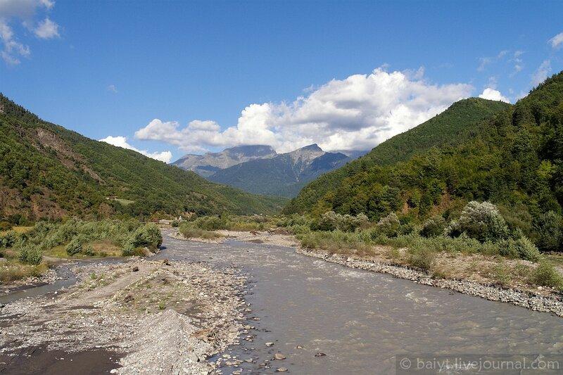 Вид на горы Верхней Рачи с моста через Риони