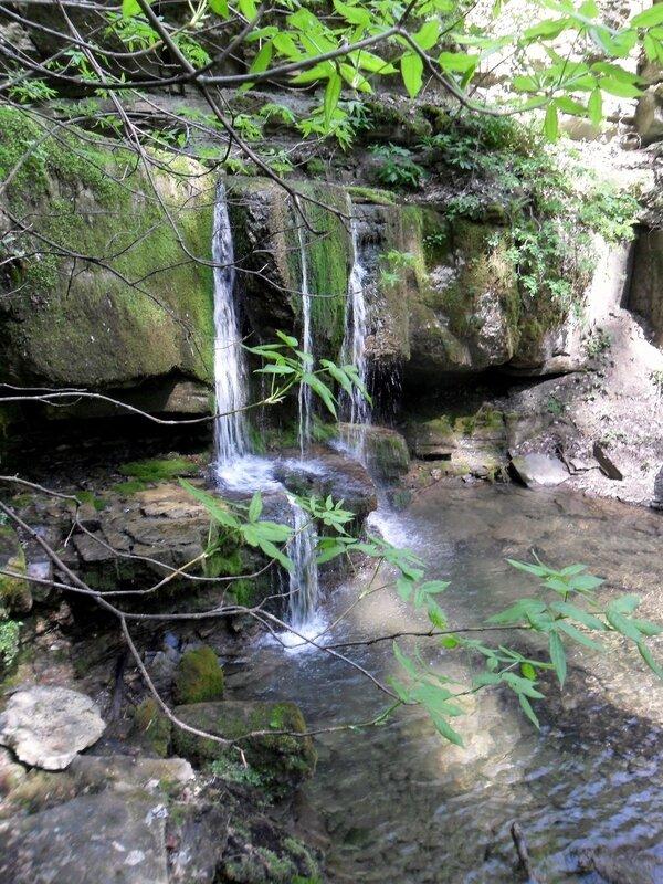 У водопада, апрель, река Каверзе