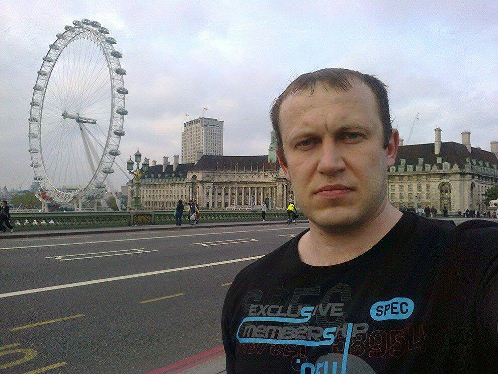 Русский мужик с суровым лицом путешествует по миру