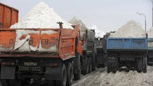 Во Владивостоке грязный снег сбрасывают в море