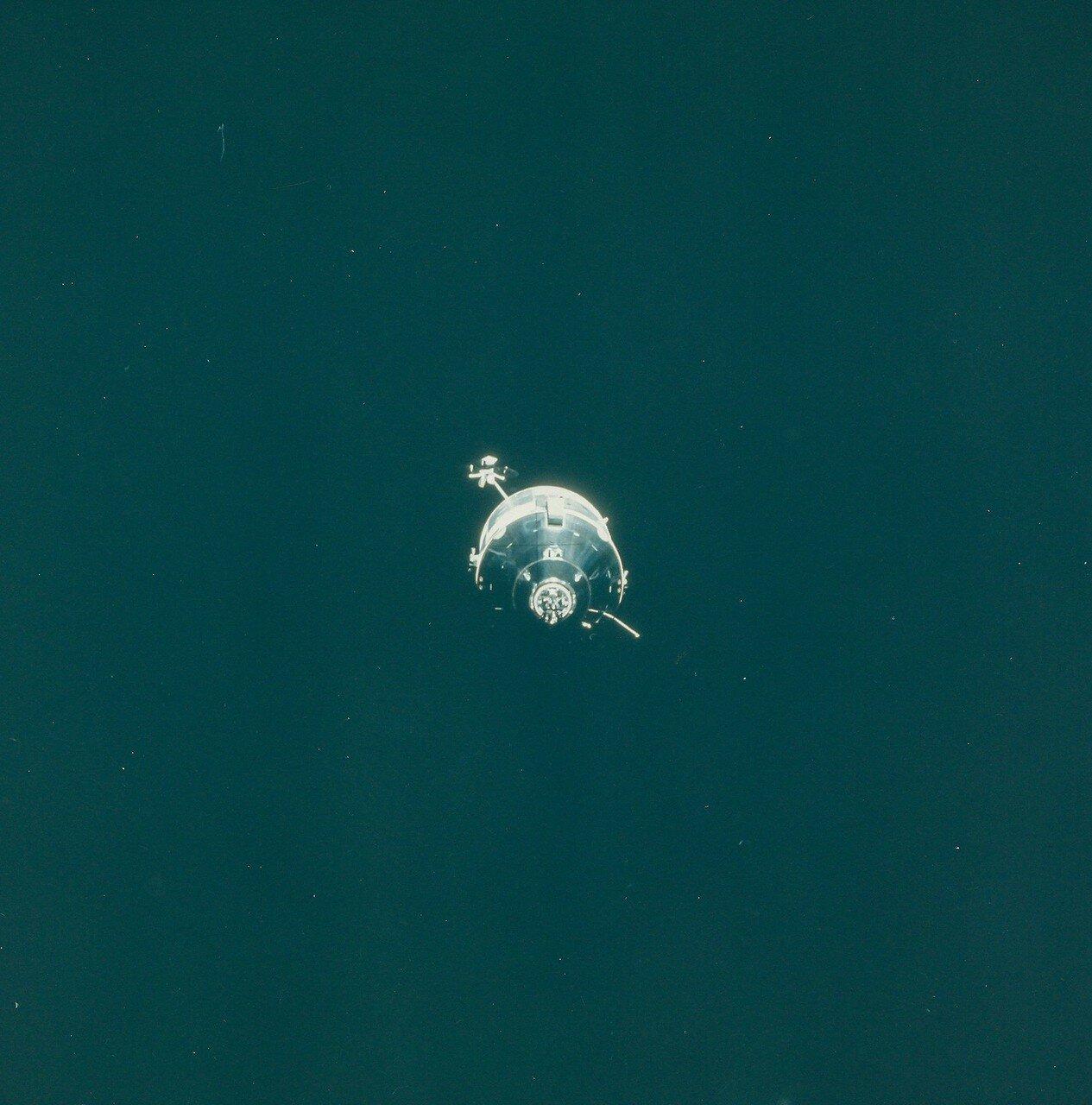 Стыковка состоялась в 177:41:18 на высоте 121,5 км над поверхностью Луны.На снимке: стыковка космических аппаратов