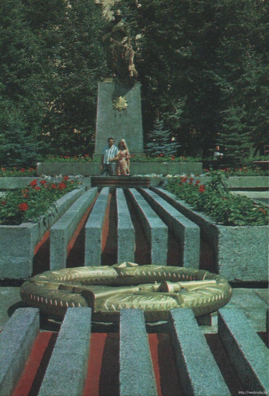 12. Братская могила советских воинов на площади Труда