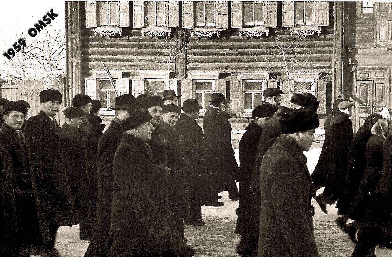 1959  Идут омские строители.