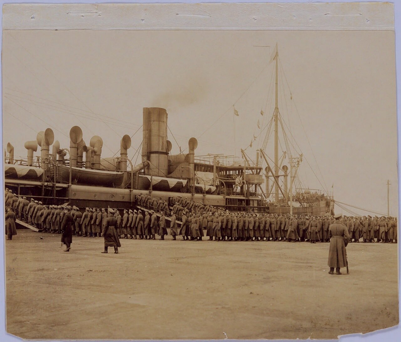 Параход Гималаи. Погрузка на борт. Около 8,700 офицеров и солдат Русской Армии были отправлены между 24 февралем и 18 марта из Чанчуня в Далянь