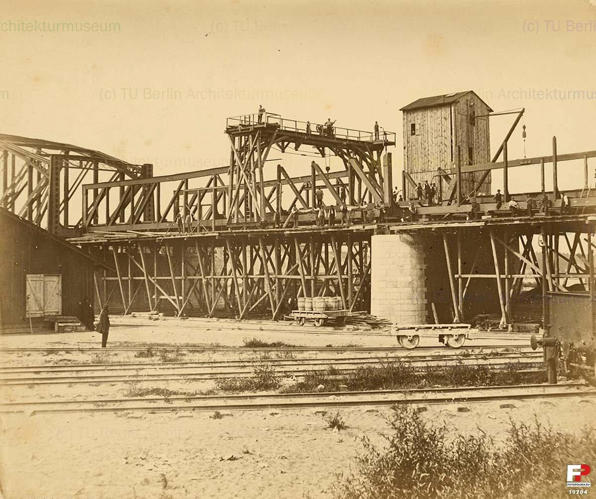Леса для возведения стальных конструкций моста.1870