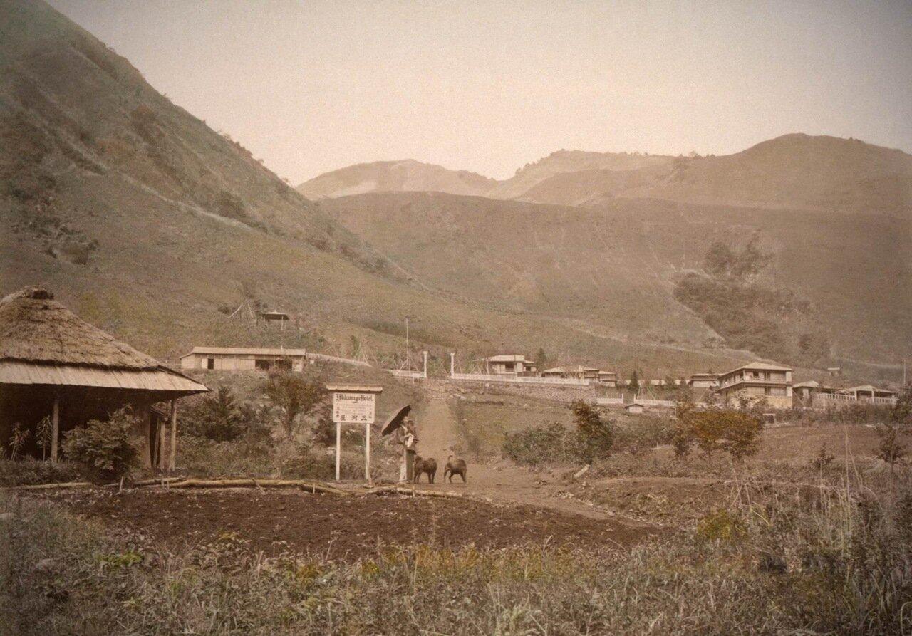 Вид на вход в горячие источники Ковакудани и курорт в Хаконэ, Япония. 1890 г.