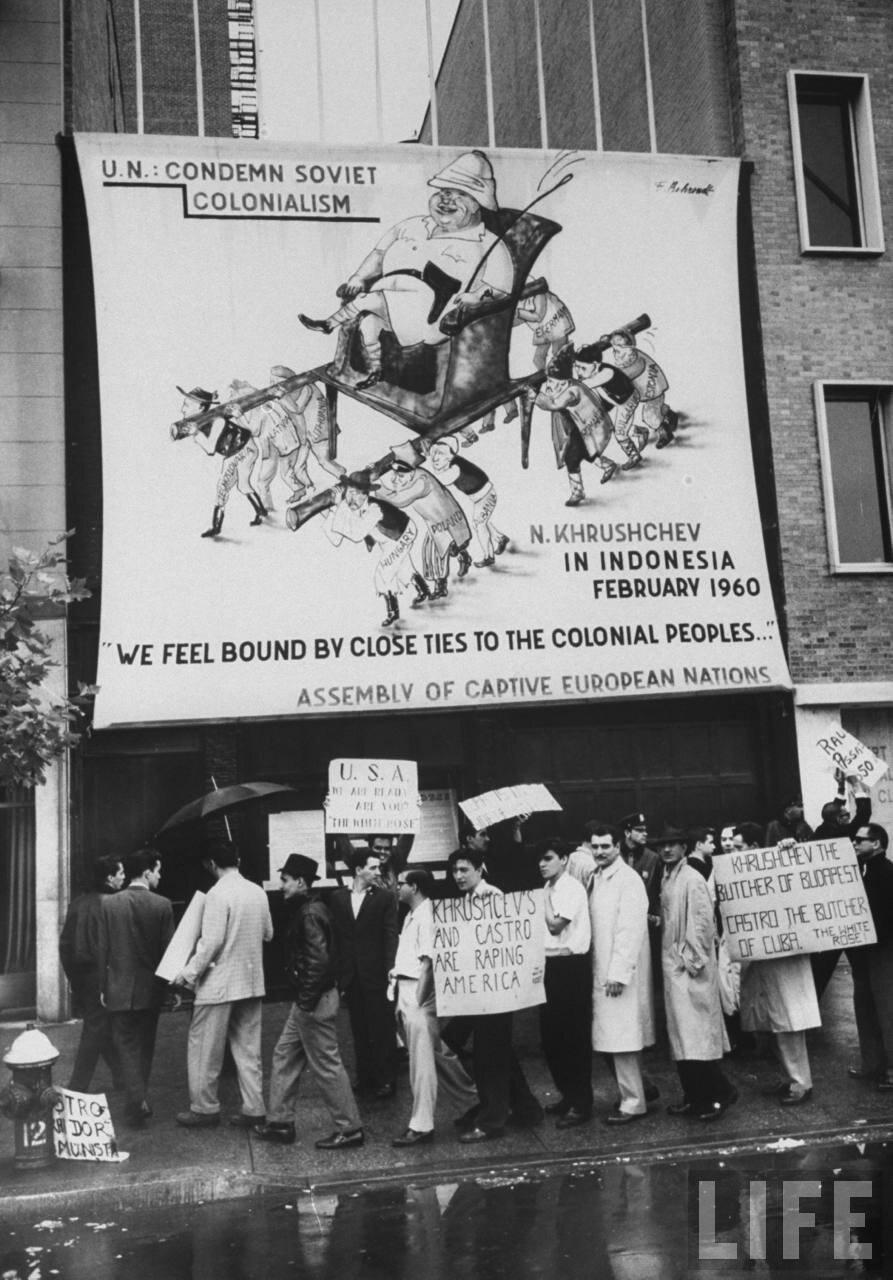 Антикоммунистические плакаты и пикеты во время заседания Генеральной Ассамблеи Организации Объединенных Наций