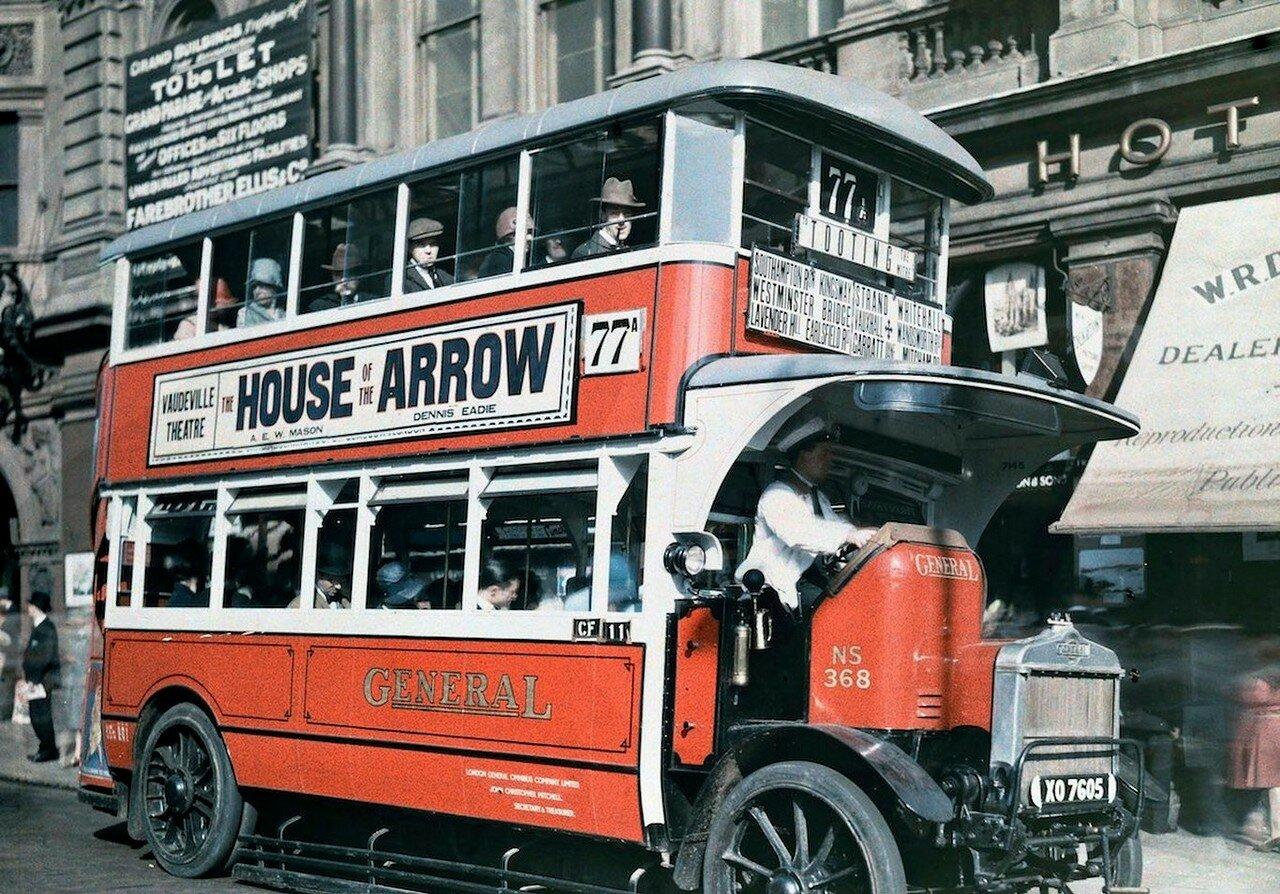 Двухэтажный лондонский автобус подбирает пассажира