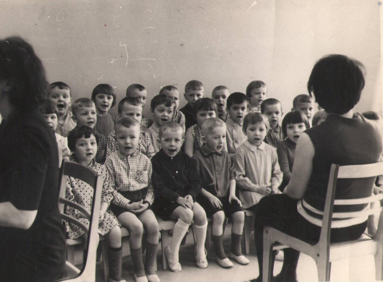 Музыкальное занятие в саду №8 ведет Вяткина Л.А. 60-е гг. ХХ в.