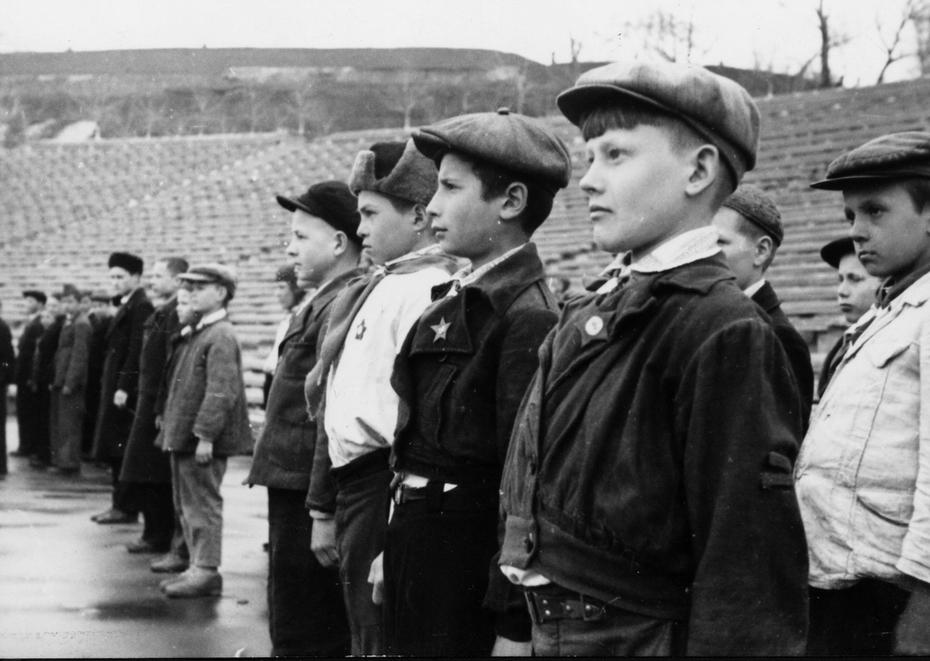 1944.05.07. Смотр строевой подготовки пионерских дружин Кагановического района (теперь Голосеевский район)