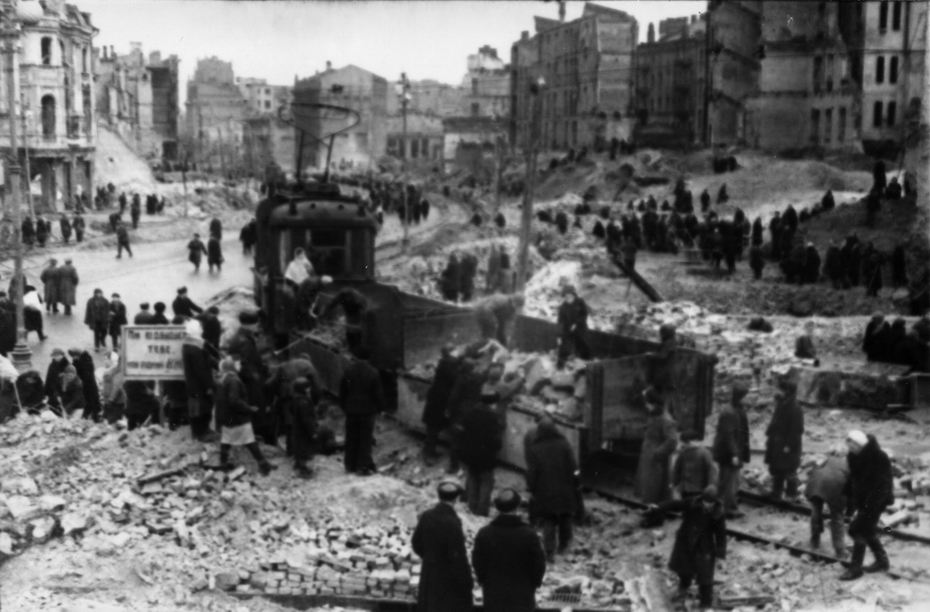 1944.04.01. Киевляне на воскреснике по восстановлению Хрещатика