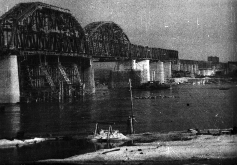 1945.11. Общий вид Дарницкого железнодорожного моста