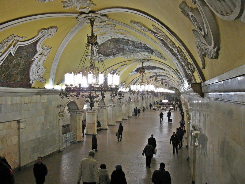 Станция метро Комсомольская (кольцевая).